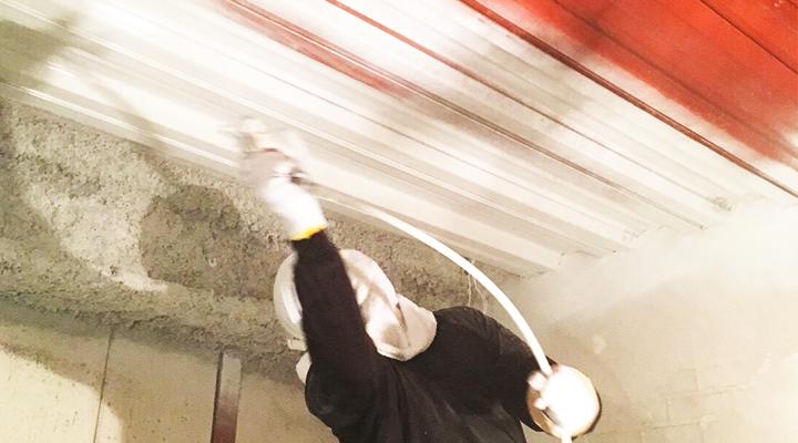 左官のヒトが代官山店舗の内装を塗装している